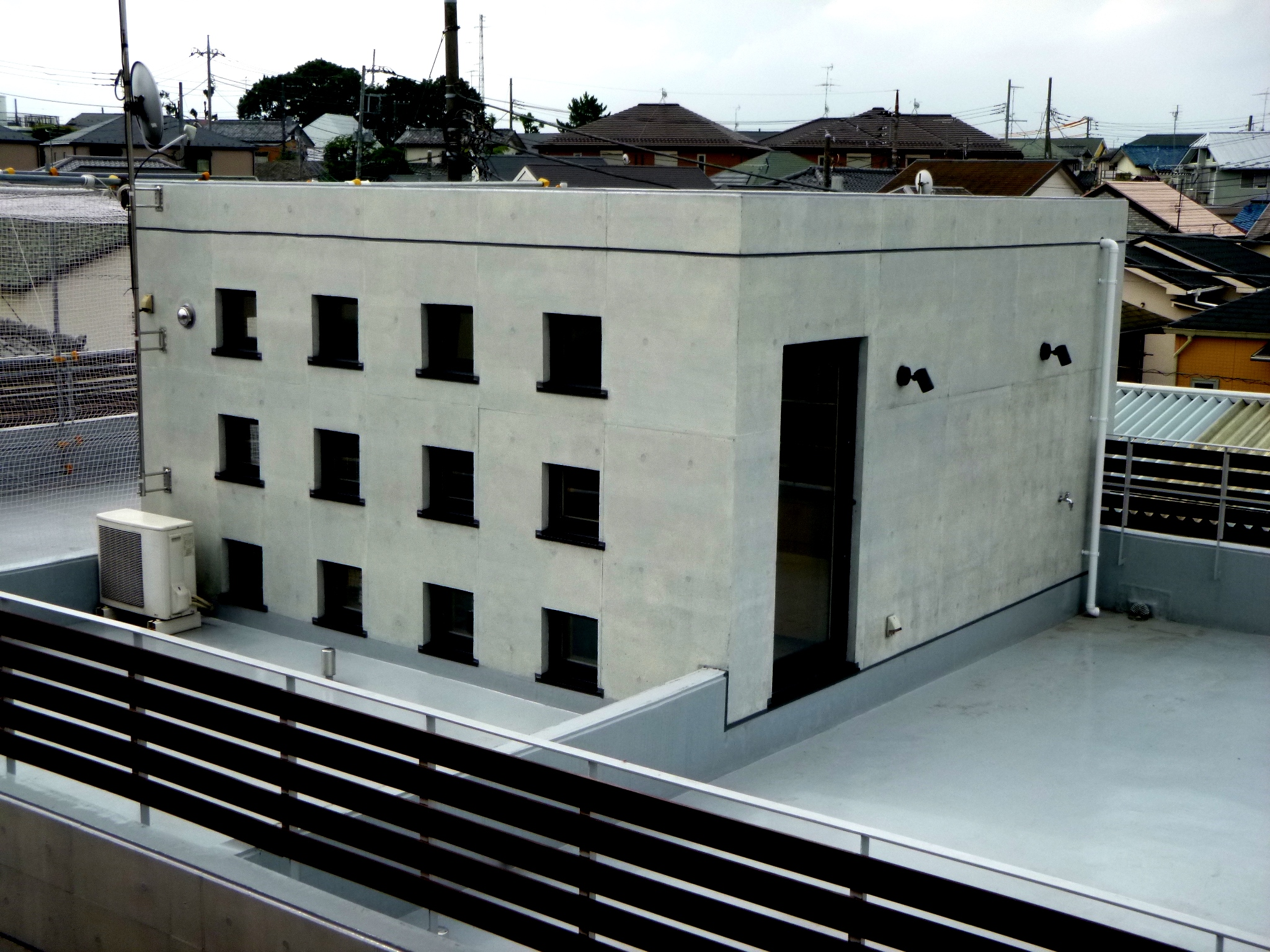 外壁コンクリート打ち放し面 補修・塗装後