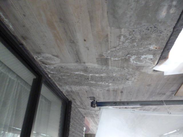上裏コンクリート打ち放し(木目調仕上げ) 部分補修前