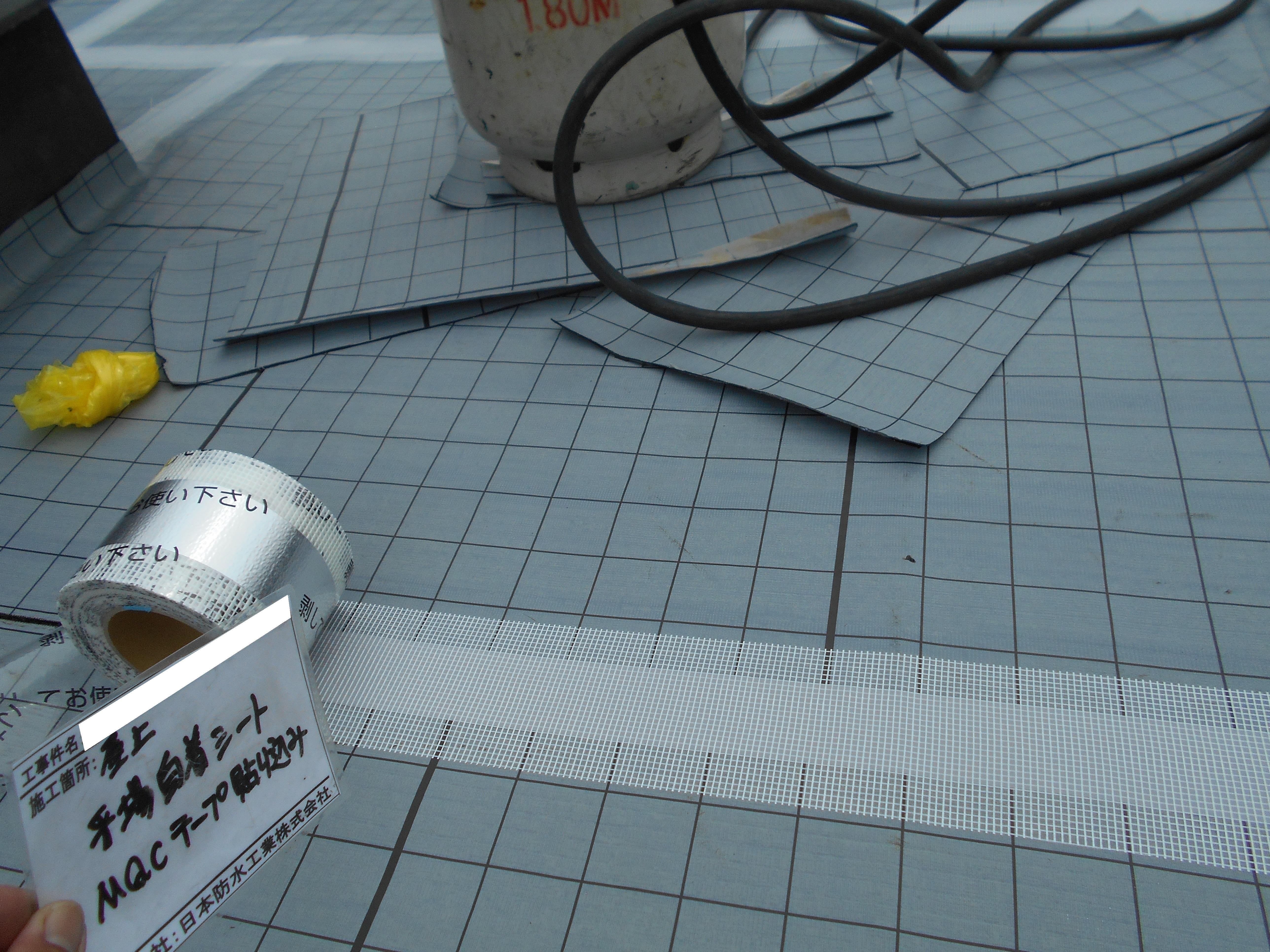 屋上防水 通気緩衝シート施工中
